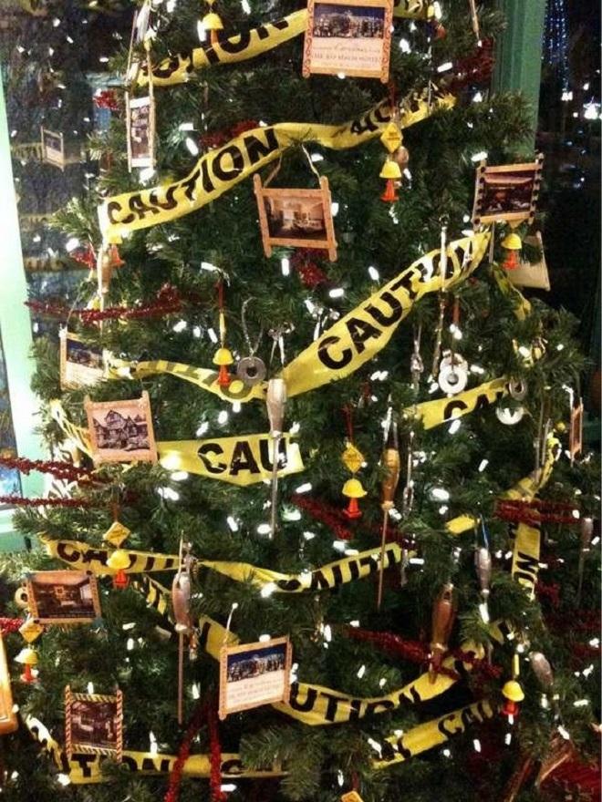 Chết cười xem những cây thông Noel xấu xí đến mức thảm họa - 1