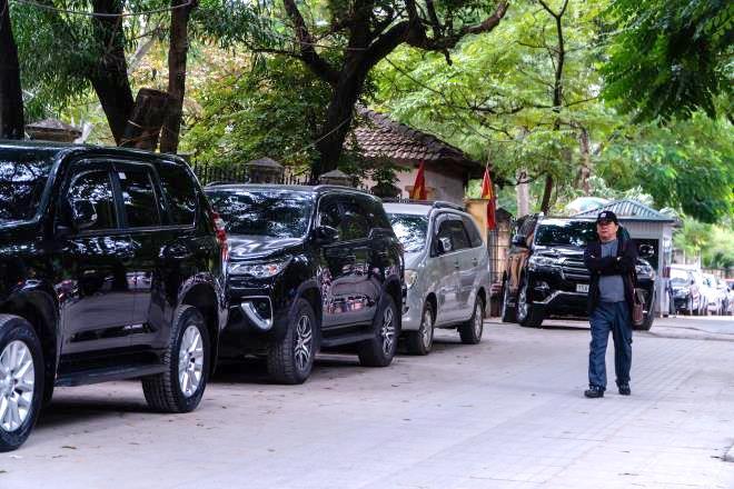 Vỉa hè cải tạo khang trang bị biến thành bãi đỗ xe: Thành ủy Hà Nội lên tiếng - 1