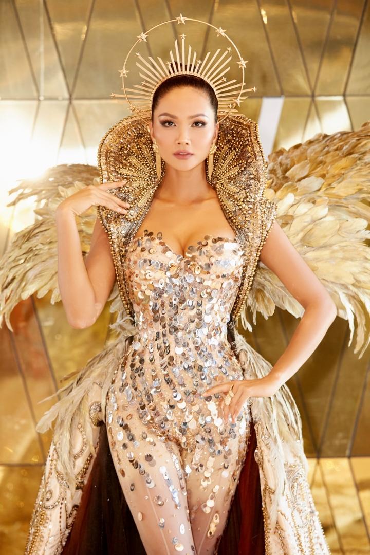 Vẻ đẹp quyền lực của Hoa hậu H'Hen Niê trong tạo hình nữ thần Mặt trời - 4