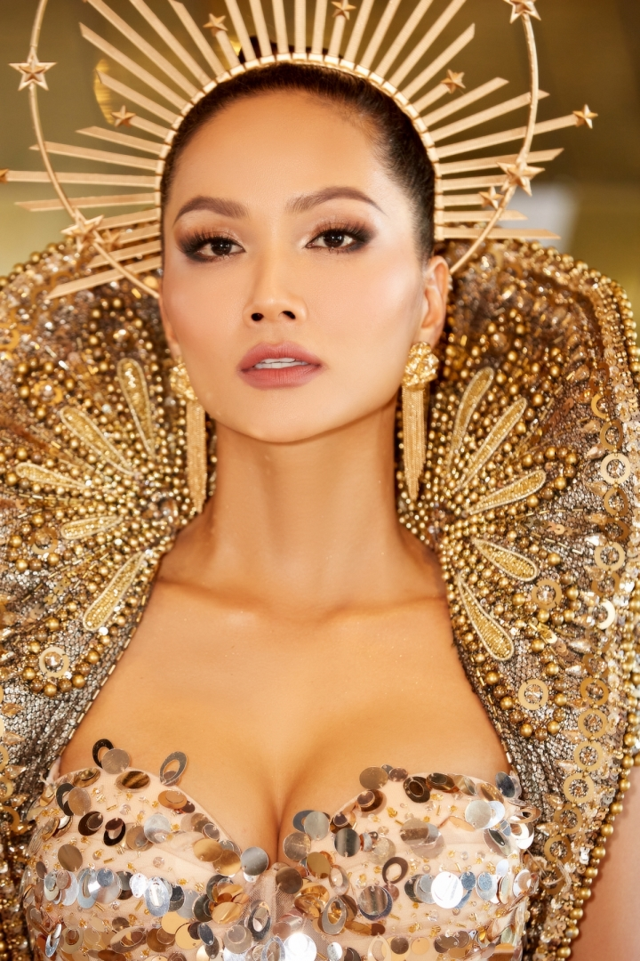 Vẻ đẹp quyền lực của Hoa hậu H'Hen Niê trong tạo hình nữ thần Mặt trời - 6