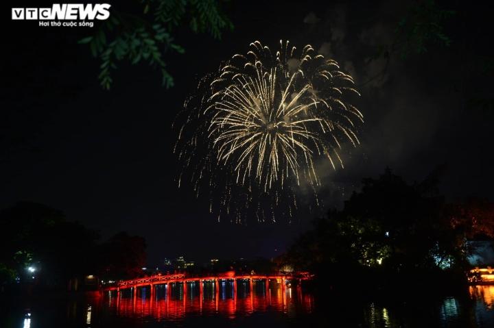 Pháo hoa rực sáng bầu trời, cả nước đón chào năm mới 2021 - 4