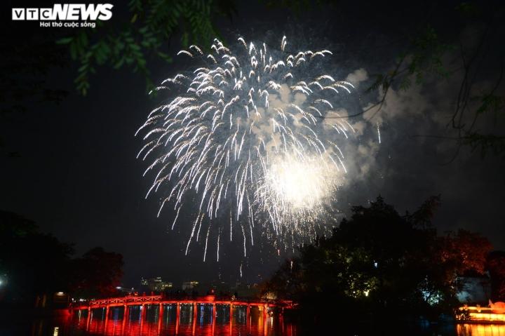 Pháo hoa rực sáng bầu trời, cả nước đón chào năm mới 2021 - 8