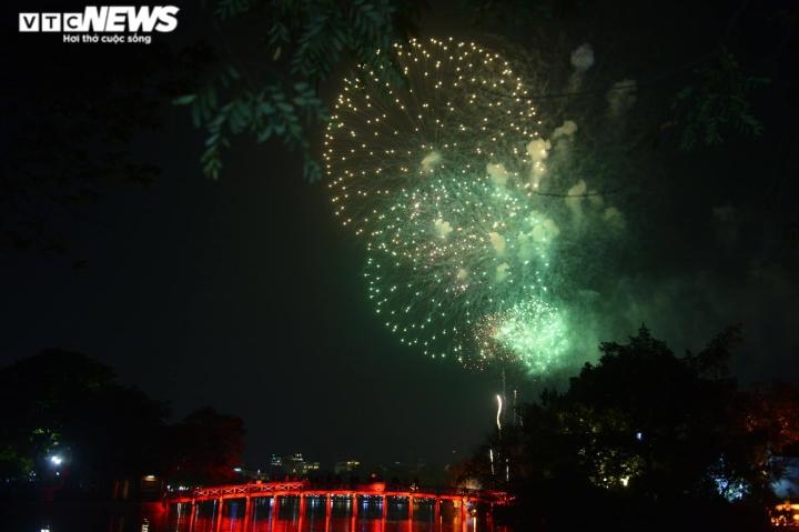 Pháo hoa rực sáng bầu trời, cả nước đón chào năm mới 2021 - 7