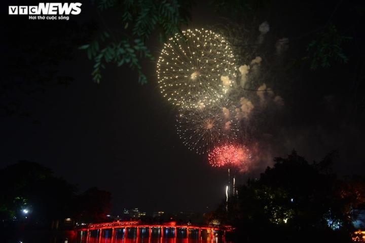Pháo hoa rực sáng bầu trời, cả nước đón chào năm mới 2021 - 6