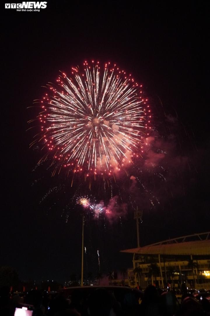 Pháo hoa rực sáng bầu trời, cả nước đón chào năm mới 2021 - 14