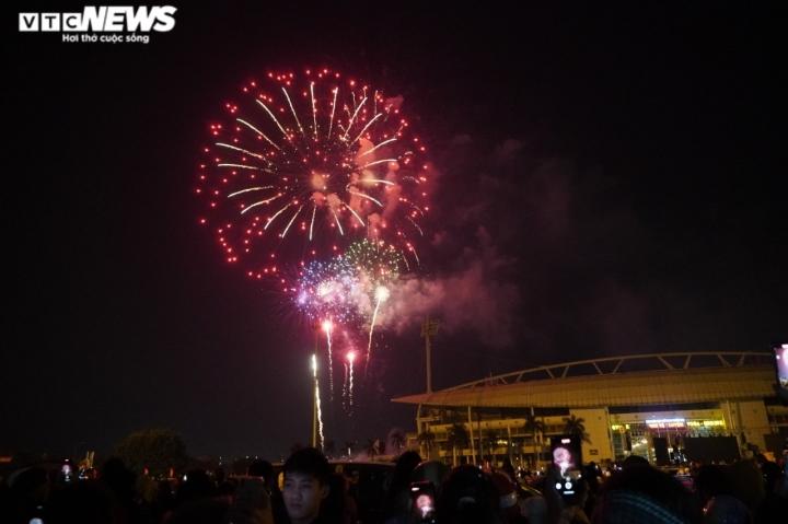 Pháo hoa rực sáng bầu trời, cả nước đón chào năm mới 2021 - 17