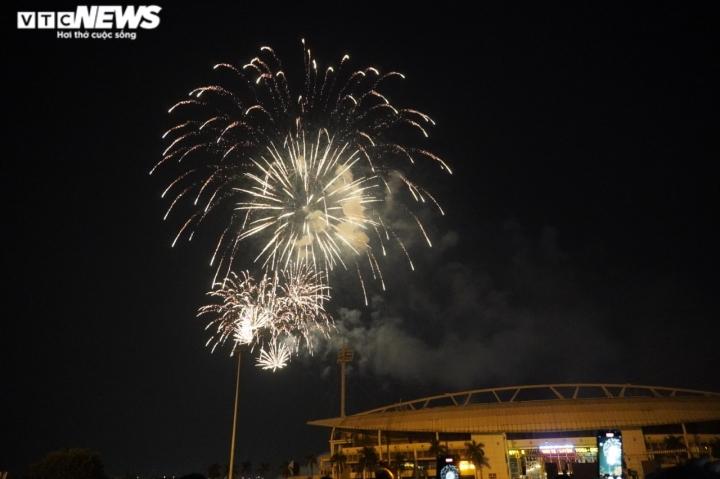 Pháo hoa rực sáng bầu trời, cả nước đón chào năm mới 2021 - 16