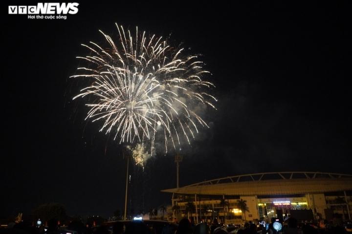 Pháo hoa rực sáng bầu trời, cả nước đón chào năm mới 2021 - 15