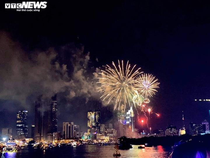 Pháo hoa rực sáng bầu trời, cả nước đón chào năm mới 2021 - 12