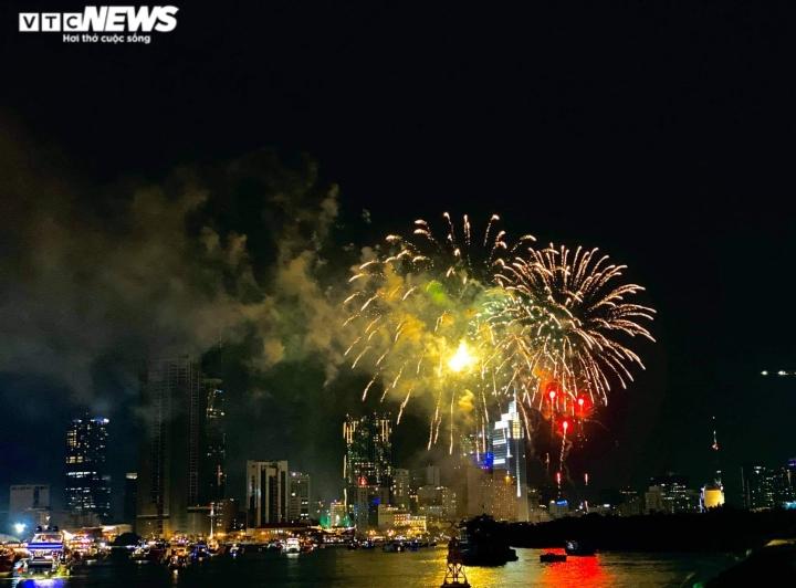 Pháo hoa rực sáng bầu trời, cả nước đón chào năm mới 2021 - 10