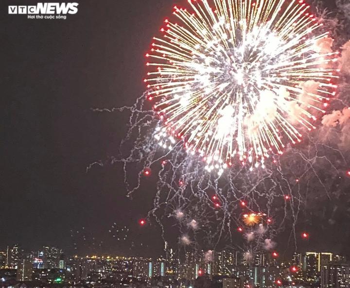 Pháo hoa rực sáng bầu trời, cả nước đón chào năm mới 2021 - 11