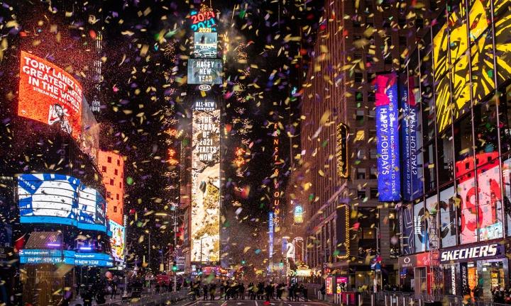 ویدئو: تایمز اسکوئر ، نیویورک ، ساعتی آرام برای استقبال از سال جدید 2021-2