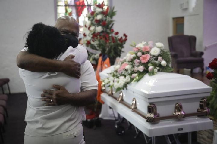 بیش از حد بسیاری از مردم در اثر COVID-19 ، خانه های تشییع جنازه پر ازدحام در آمریکا می میرند - 1