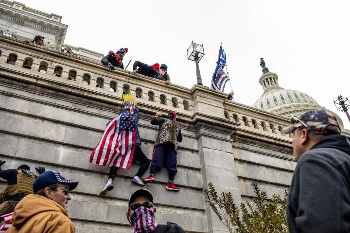 شخصاً: طرفداران ترامپ به ساختمان پارلمان هجوم بردند ، كاپیتول فلج شده است - 5
