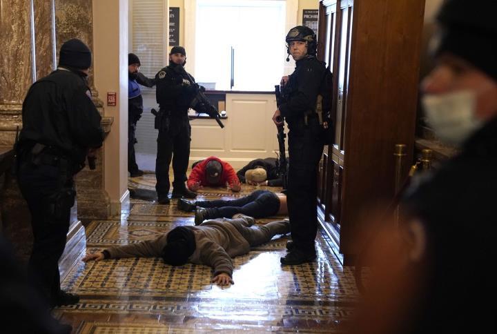 شخصاً: طرفداران ترامپ به ساختمان پارلمان هجوم بردند ، كاپیتول فلج شده است - 9