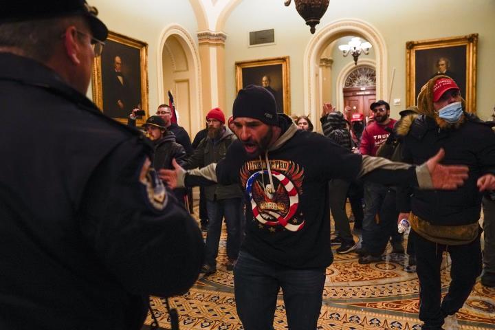 شخصاً: طرفداران ترامپ به ساختمان پارلمان هجوم بردند ، كاپیتول فلج شده است - 6