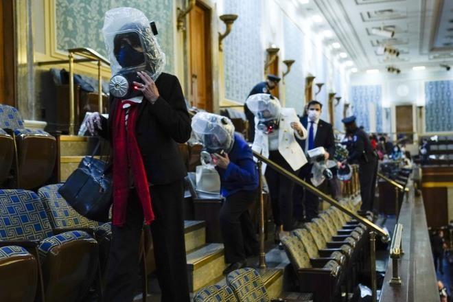 نماینده کنگره ایالات متحده باید هنگام ورود معترضین به پایتخت - 1 ماسک بنزین بزند