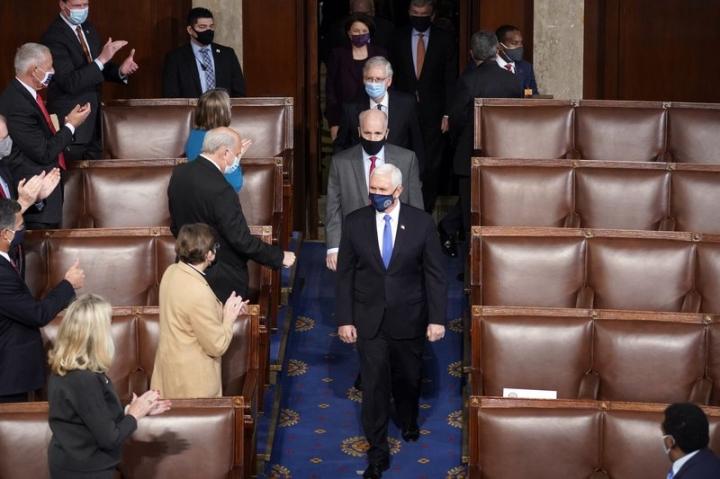 کنگره ایالات متحده پس از شورشهای کاپیتول هیل بار دیگر تشکیل جلسه داد - 1