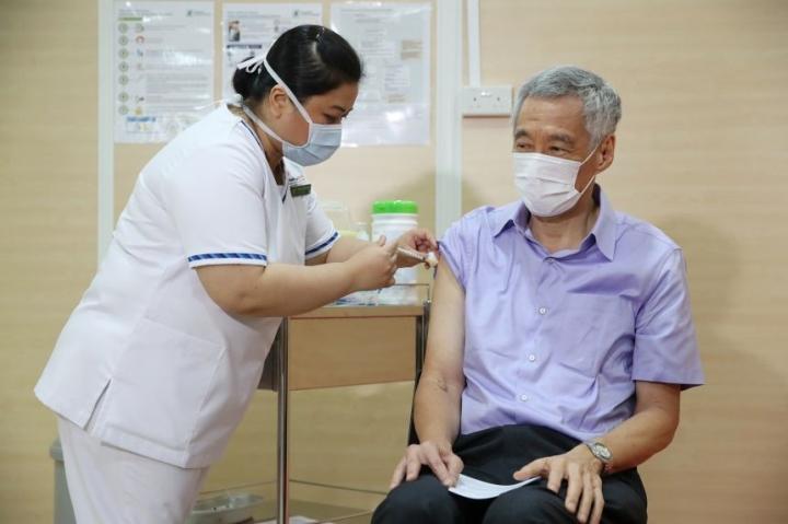 نخست وزیر سنگاپور واکسن COVID-19-1 را زد