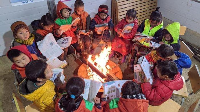 Ảnh: Nhiều điểm trường xuất hiện băng giá, thầy trò quây quần đốt lửa sưởi ấm - 3