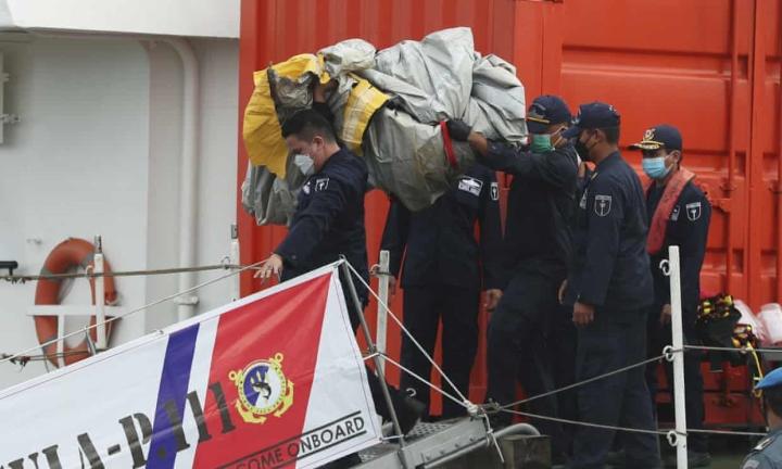اندونزی تعداد زیادی بدنه هواپیما و قطعات فلزی در دریا پیدا کرده است - 2