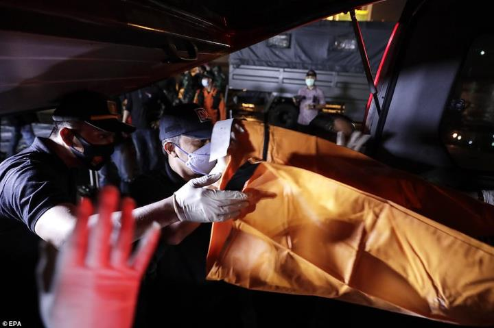 اندونزی قطعات زیادی از بدنه هواپیما و قطعات فلزی را در دریا پیدا کرده است - 1
