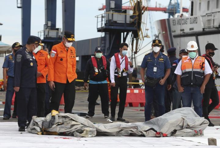 اندونزی قطعات زیادی از بدنه هواپیما و قطعات فلزی را در دریا پیدا کرده است - 4