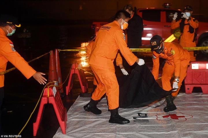 اندونزی بسیاری از قطعات بدنه هواپیما و قطعات فلزی را در دریا یافت - 3