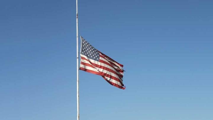 پرزیدنت ترامپ پس از ناآرامی های کاپیتول هیل دستور به اهتزاز درآوردن پرچم ها را می دهد - 1