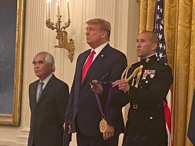 نیک اوت توسط رئیس جمهور ترامپ مدال دریافت کرد - 1