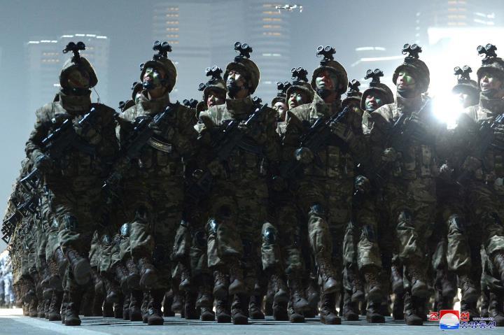 عکس: آرایه ای از سلاح های یادبود در رژه کره به افتخار پانزدهمین کنگره حزب