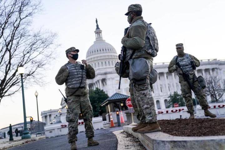 Washington DC hóa pháo đài quân sự trước ngày Biden nhậm chức - 1