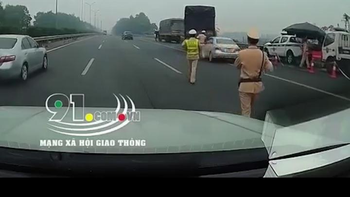 Video: Tài xế xe hơi luồn lách qua CSGT rồi bỏ chạy trên cao tốc