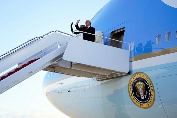 آیا هواپیمای حامل آقای ترامپ از کاخ سفید Air Force One نامیده می شود؟  - اولین