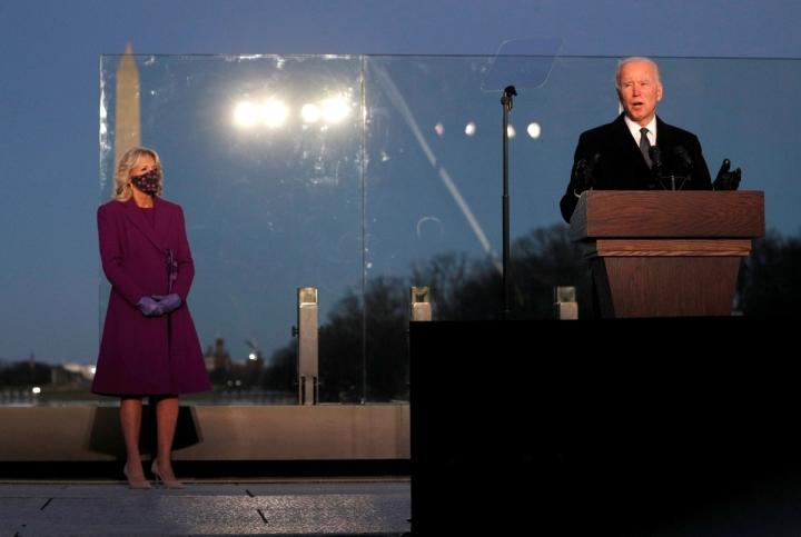 رئیس جمهور و معاون رئیس جمهور ایالات متحده را برای شرکت در مراسم یادبود COVID-19-1 انتخاب می کنند
