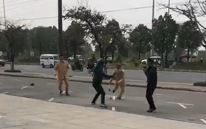 Bị kiểm tra vi phạm, nam thanh niên hùng hổ dùng côn nhị khúc tấn công CSGT
