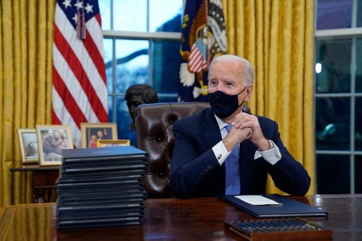 بایدن در اولین روز قدرت خود مجموعه ای از مقامات نزدیک به ترامپ را اخراج کرد - 1