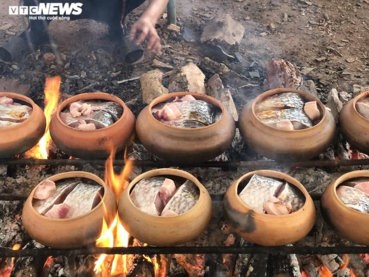 Ảnh: Cả làng nổi lửa suốt đêm làm món đặc sản đắt đỏ ngày Tết - 7