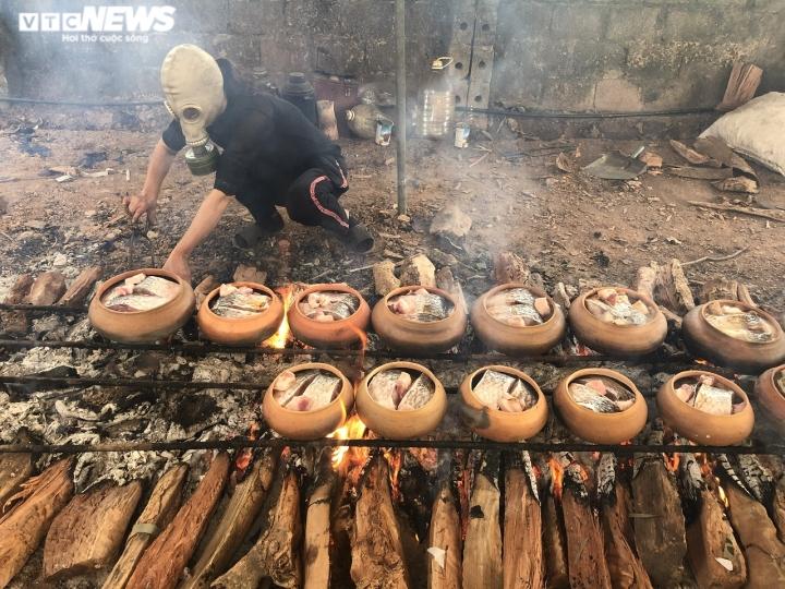 Ảnh: Cả làng nổi lửa suốt đêm làm món đặc sản đắt đỏ ngày Tết - 9