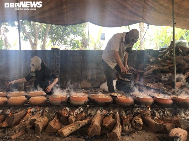 Ảnh: Cả làng nổi lửa suốt đêm làm món đặc sản đắt đỏ ngày Tết - 8