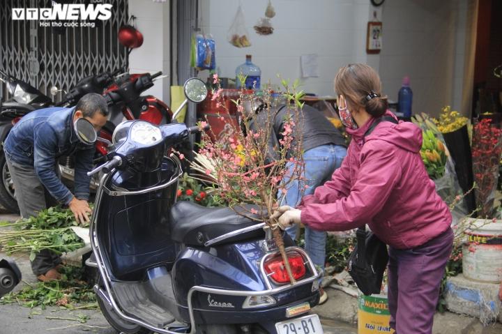 Người Hà Nội tất bật mua sắm đồ lễ cúng rằm cuối cùng của năm Canh Tý - 4