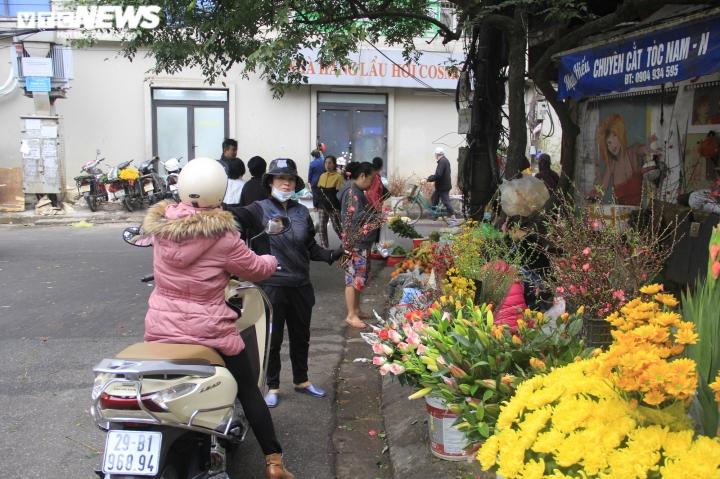 Người Hà Nội tất bật mua sắm đồ lễ cúng rằm cuối cùng của năm Canh Tý - 1
