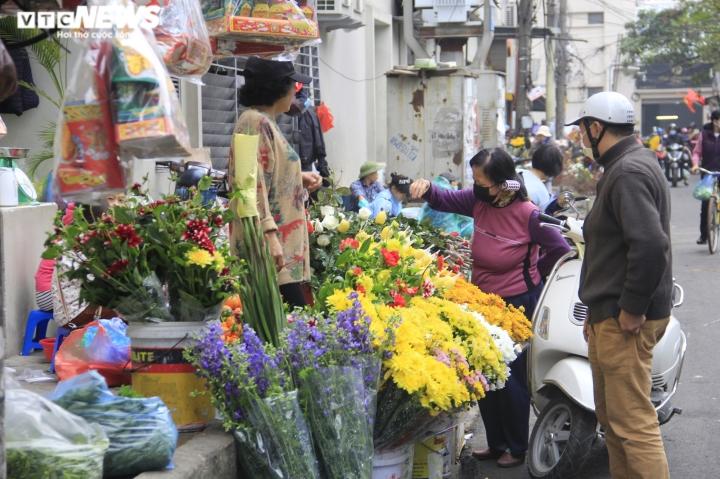 Người Hà Nội tất bật mua sắm đồ lễ cúng rằm cuối cùng của năm Canh Tý - 10
