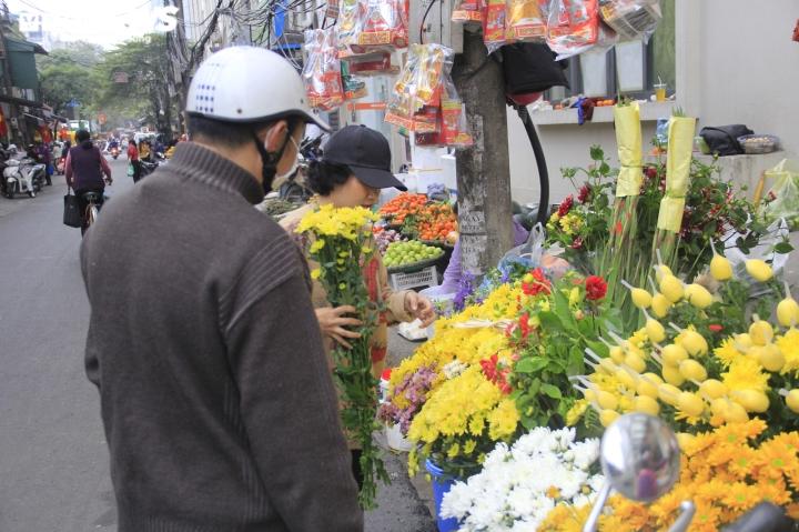 Người Hà Nội tất bật mua sắm đồ lễ cúng rằm cuối cùng của năm Canh Tý - 9