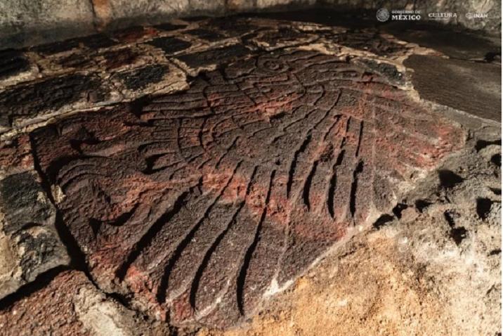 Bức điêu khắc đại bàng khổng lồ quý hiếm trong ngôi đền cổ - 1