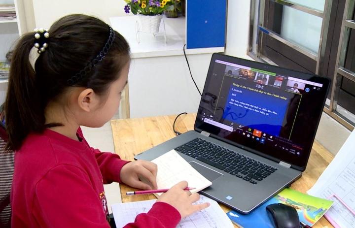 Không đến trường, học sinh Hà Nội chuyển học trực tuyến - 1