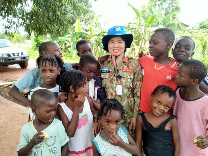 Nữ sỹ quan Việt: Từ 'gieo chữ', dạy trồng rau đến chống COVID-19 ở Trung Phi - 4