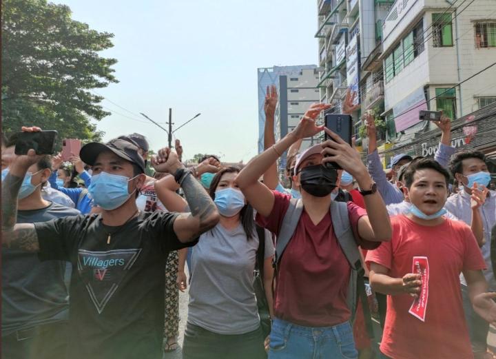 معترضین به خیابانها ریختند ، ارتش میانمار اینترنت را در این کشور قطع کرد - 1