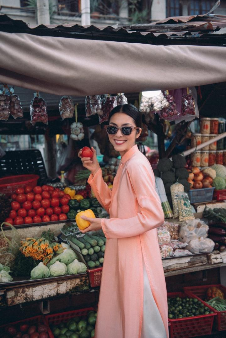 Tăng Thanh Hà diện áo dài sánh bước cùng người mẫu Quang Tuyến - 10
