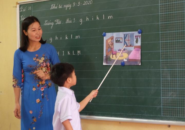 Học sinh lớp 1 học đánh vần. (Ảnh: H.C)